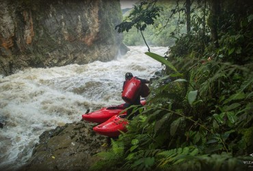 Kayaker survives raging slot canyon in Papua New Guinea